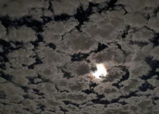 雲メイン お月様脇役で
