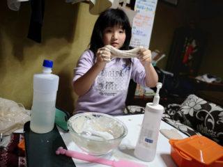 座敷童がスライム作りに精を出す。